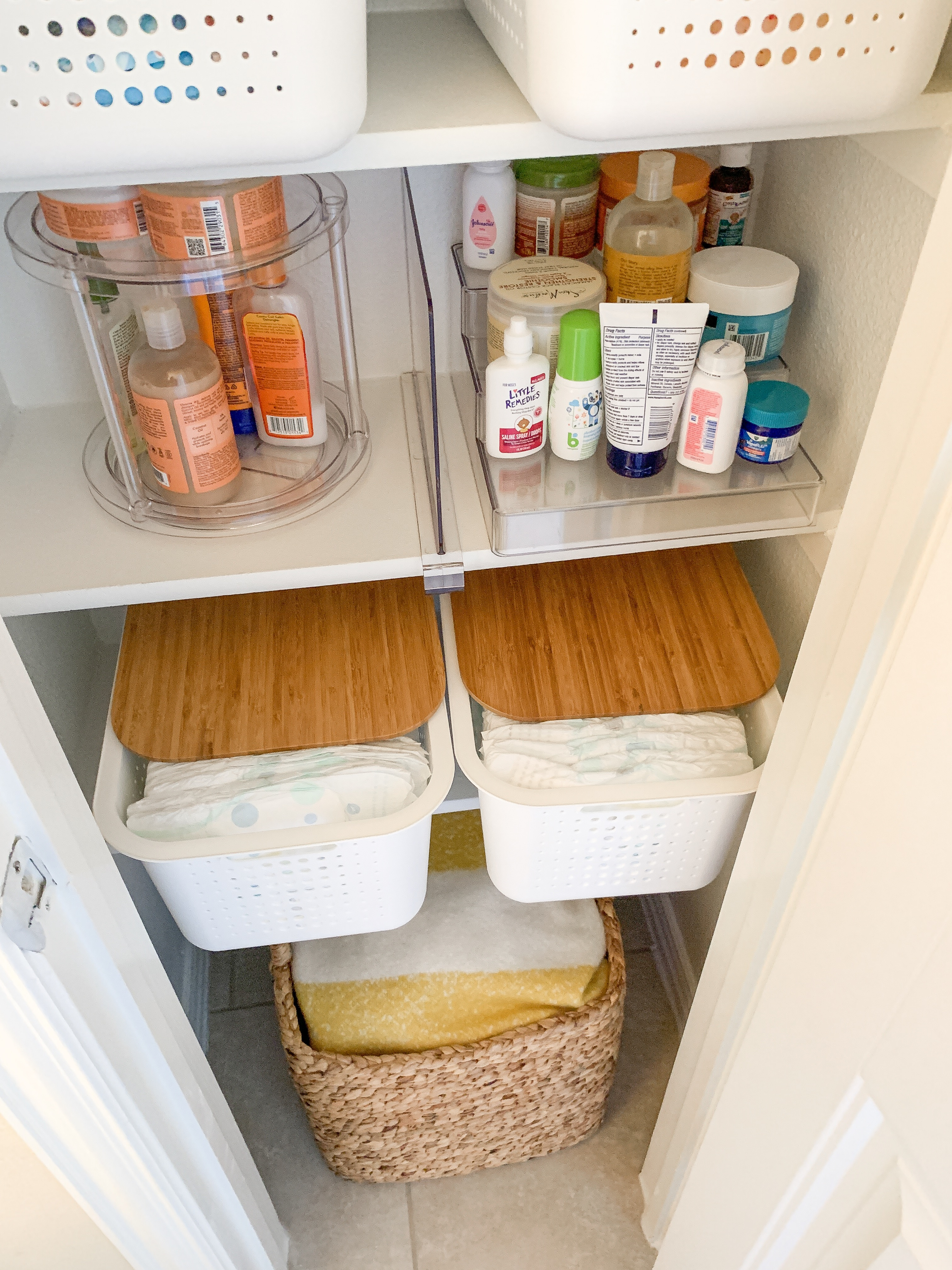 Bathroom Organization tips featured by top US lifestyle blog, Glamorous Versatility